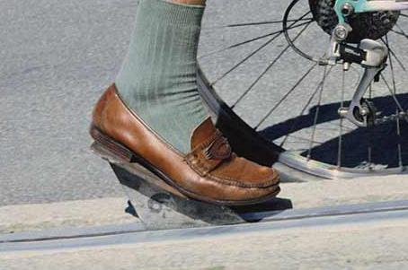 Detalle del pie de ciclista con calcetines y zapatos