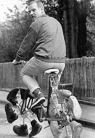 Bicicleta con Zapatillas de autor desconocido