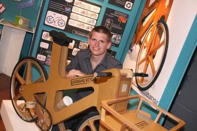 Phil Bridge junto a su bicicleta de cartón