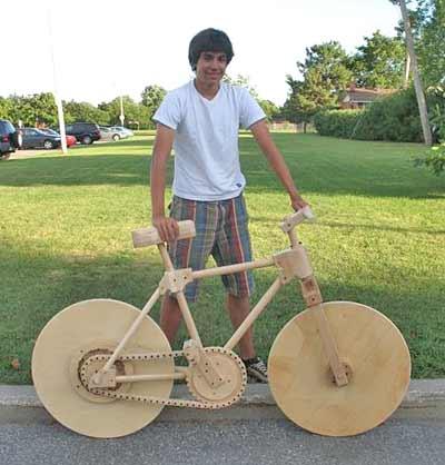 Marco Faccional y su bicicleta de madera