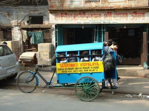 Transporte escolar en bicicleta en Nueva Delhi | Autor: Jubidee