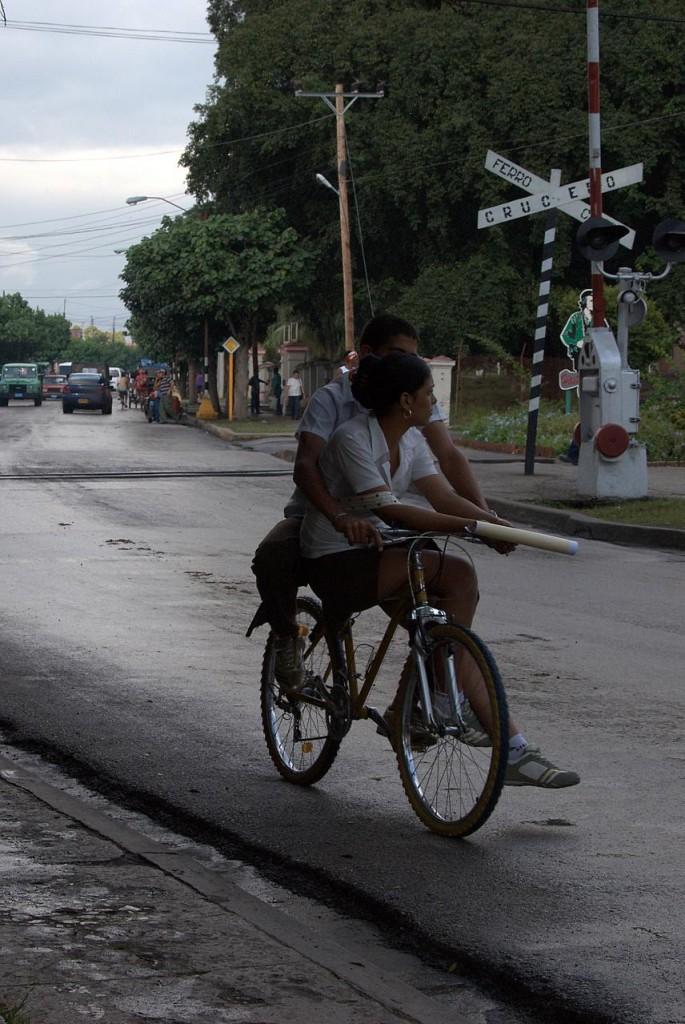 Chico y chica compartiendo bicicleta