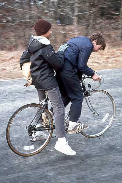 Dos chicos comparten una bicicleta