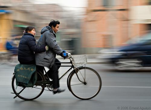 Pareja comparte bicicleta en Beijin