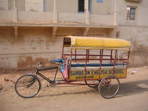 Triciclo escolar en Varanasi | Autor: David