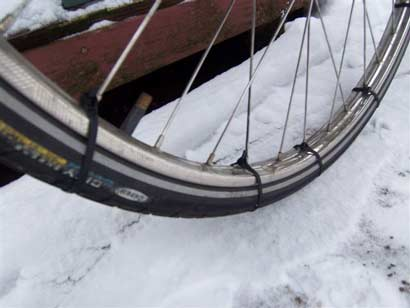 Bridas de plástico como cadena de nieve para bicicleta