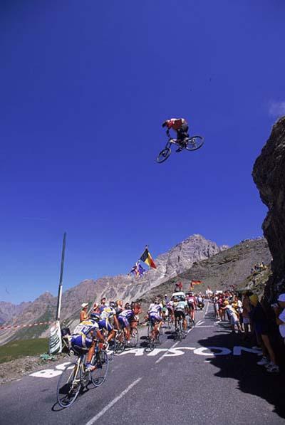 Dave Watson salta sobre el Tour de Francia