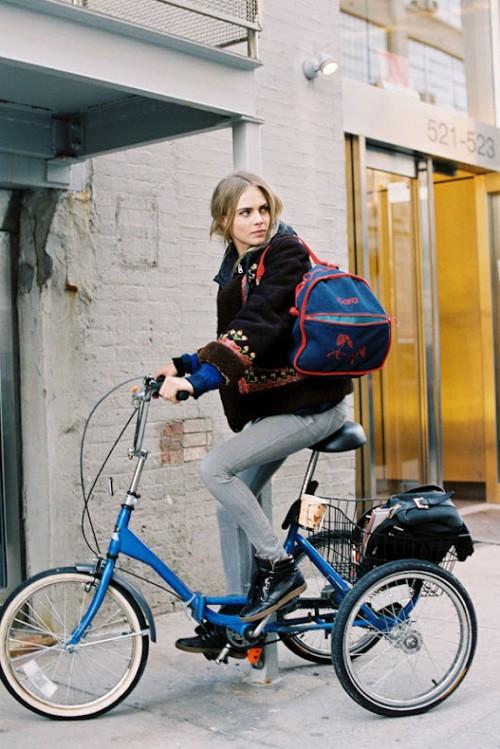 Cara Delevingne en su triciclo