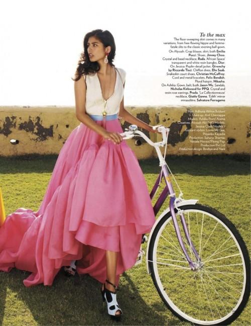 Ashika Pratt con un vestido no muy cómodo para ir en Bicicleta