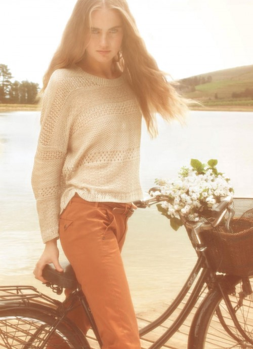 Modelo Pull&Bear con su bici junto al lago