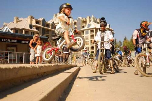 Jackson Goldstone demostrando su habilidad con una bicicleta sin pedales